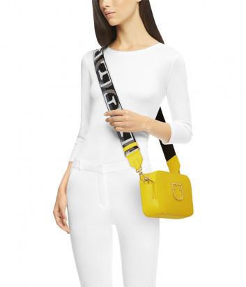 Компактная кожаная сумка Furla Brava 1027910 с широким плечевым ремнем желтая