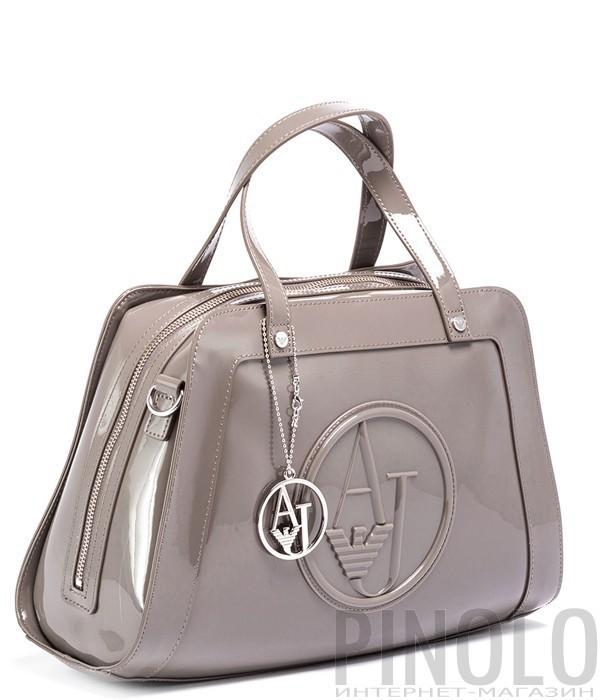 407942507019 Лаковая сумка-саквояж Armani Jeans с подвеской серо-бежевая - купить ...