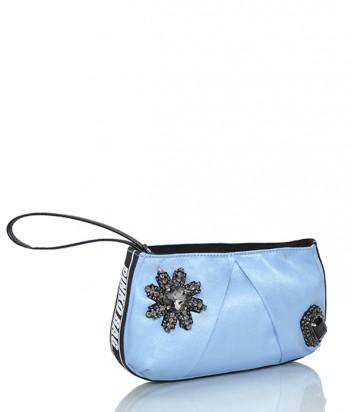 Нежно-голубая сумочка-клатч Pinko Carpione украшена кристаллами