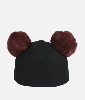 Черная кепка Karl Lagerfeld с бордовыми меховыми помпонами