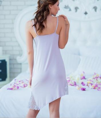 Лиловая ночная рубашка Effetto украшена кружевом с косым низом