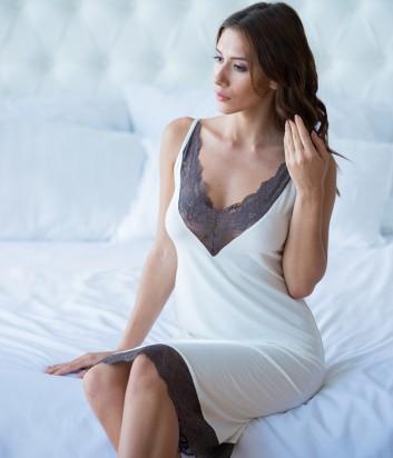 Кремовая ночная рубашка Effetto 0224 украшена темным кружевом